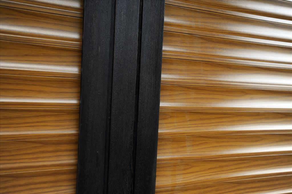Particolare sulla tinta legno della tapparella